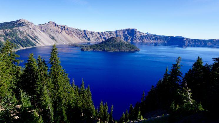 Tiefblauer Crater Lake